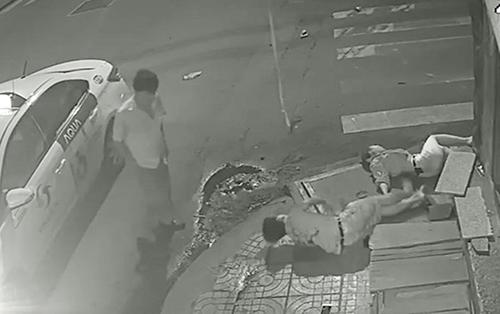 Tài xế taxi bỏ mặc đôi nam nữ nguy kịch vì 'quá hoảng loạn'