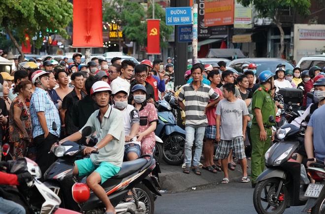 Người đàn ông nghi cầm súng cố thủ ở Sài Gòn, công an phong tỏa đường