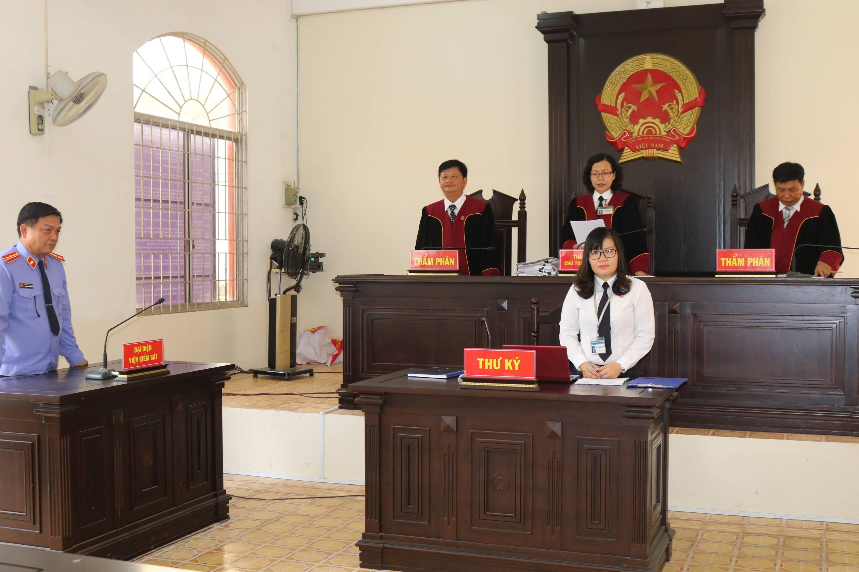 Việc cử người tiến hành tố tụng thay thế đều phải do Chánh án quyết định