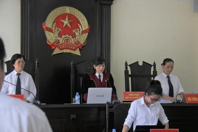 Luật sư yêu cầu thay chủ tọa, tòa tuyên bố hoãn xử