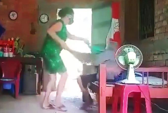 Con gái đánh đập mẹ già bị bắt