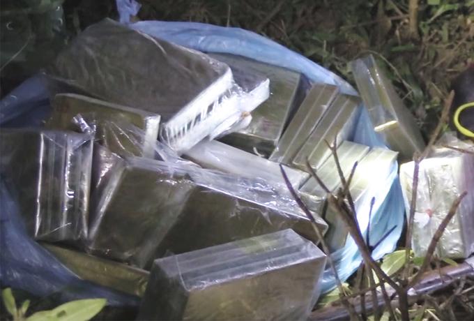 Bốn người vứt lại 30 bánh heroin