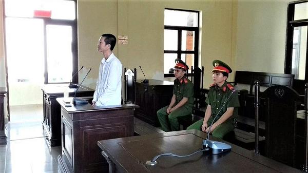 Người bảo vệ quyền và lợi ích hợp pháp cho bị hại vắng mặt lần thứ nhất: Hoãn phiên tòa hay tiếp tục xét xử?