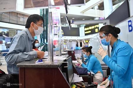 Hành khách đi máy bay tiếp tục khai báo thông tin