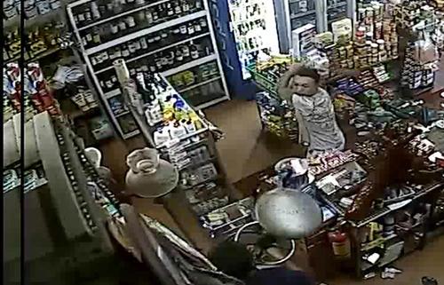 Chê bán giá cao, người mua hàng cầm dao chém chủ tiệm