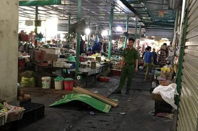Người đàn ông đâm vào bụng mình ngay sau khi đâm chết người phụ nữ giữa chợ
