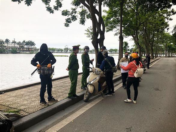 3 người đầu tiên ở Hà Nội bị phạt vì ra đường không có lý do cần thiết