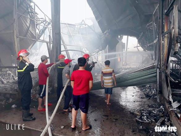 Bắt nam công nhân đốt sản phẩm 'xem có cháy không' rốt cuộc cháy công ty, thiệt hại 60 tỉ đồng