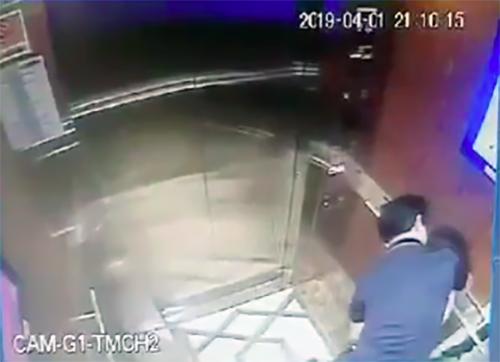 Gã đàn ông sờ soạng bé gái trong thang máy đã rời Sài Gòn